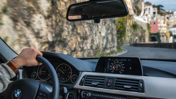 BMW řidič na pobřeží Amalfi vItálii