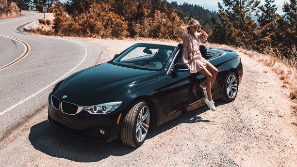 Sixt žena skabrioletem BMW