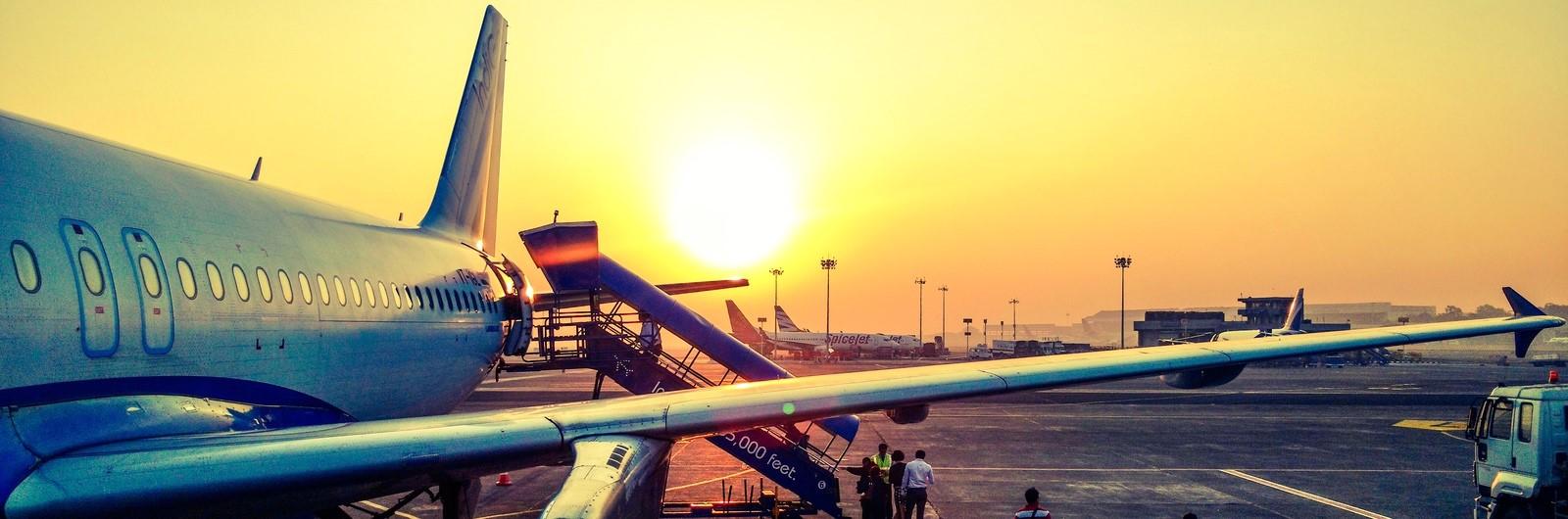 Letadlo s cestujícími na letišti