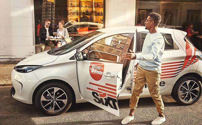 Sixt muž nastupující do půjčeného auta