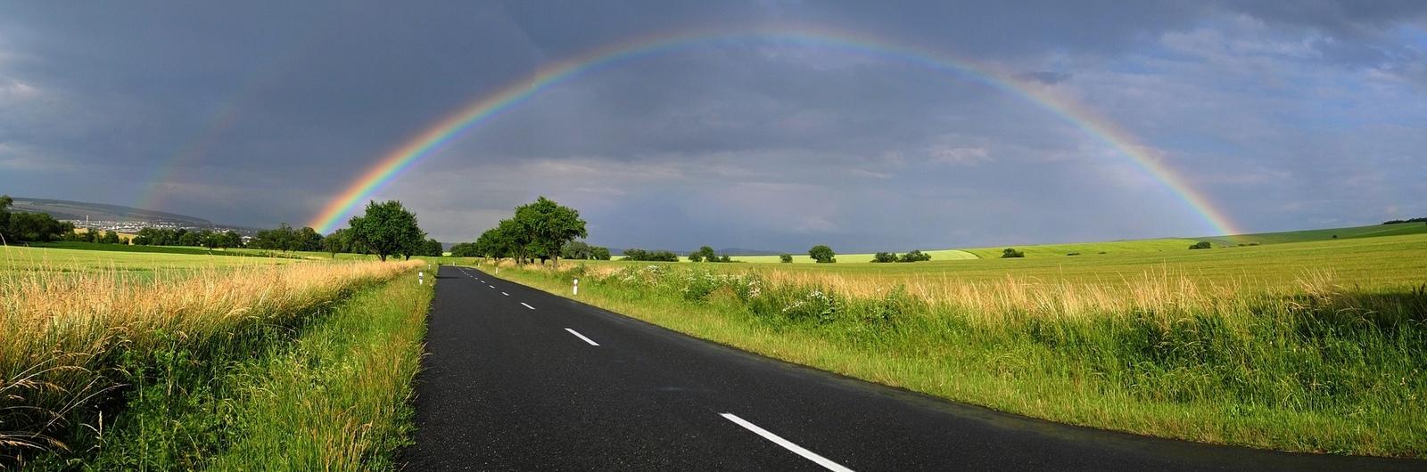 Mošnov silnice s duhou na nebi