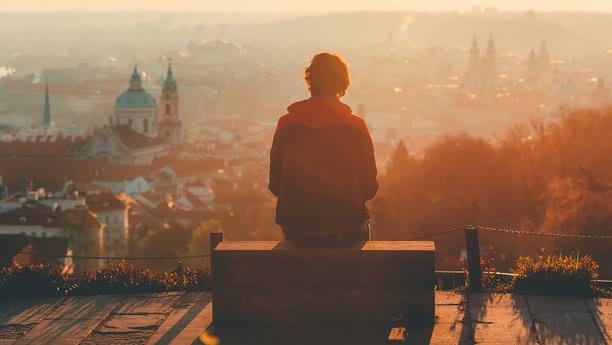 Muž sledující panorama Prahy