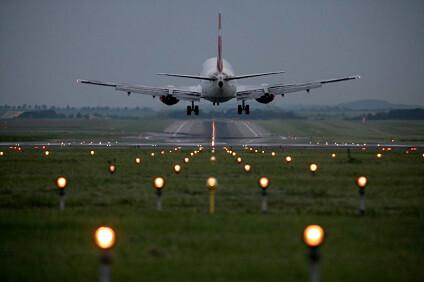 Odlétající letadlo na ranveji